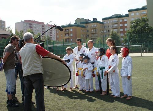 bezpieczne karate dzieci telewizja na treningu