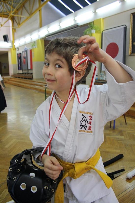 Bruno chwali się medalem